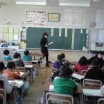 小学生女子が作文を読み始めると授業参観に来た親達はシーンとなった!魂のメッセージが…