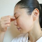 腫れぼったい目元を解消!しつこい「まぶたのむくみ」の原因と対処